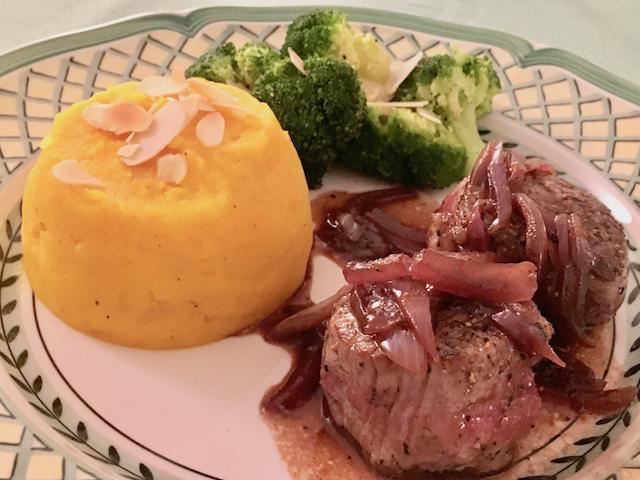 Schweinefilet mit Kürbis-Kartoffelpüree &  Brokkoli