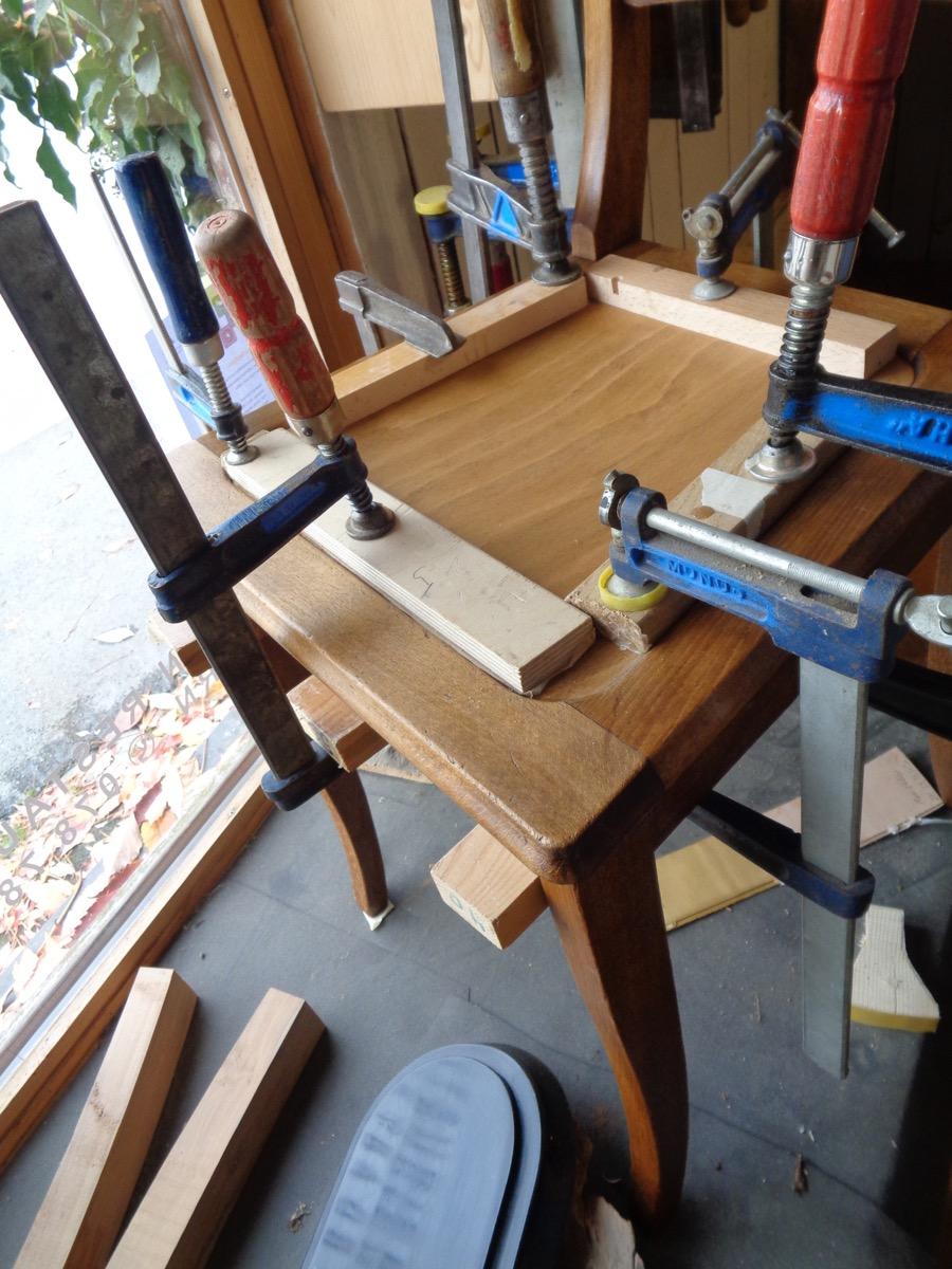 einleimen des farblich angepassten Sperholzbrettes
