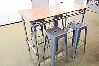 Tischkonstruktion aus Rohrverbindern
