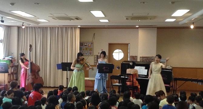 3回目訪問の堺市立美原にし保育所 大きな楽器コントラバスに大喜びの園児たち。