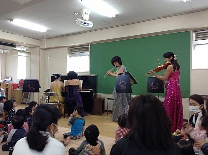 初めて見る楽器にわくわく。大阪市立千島保育所訪問コンサート