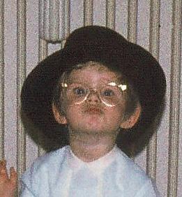 Mit Omas Hut und Brille