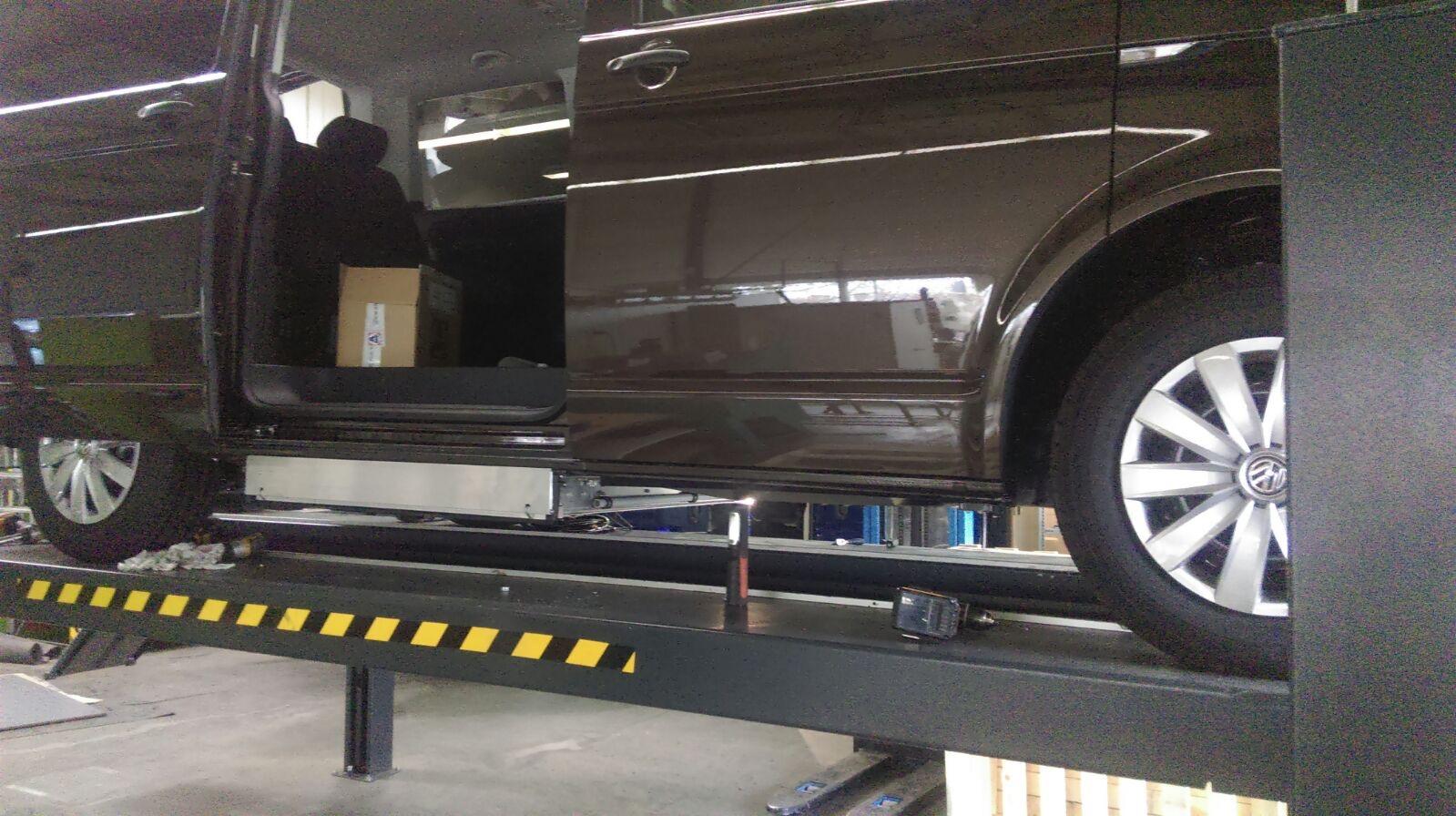 Am 08.März ging es endlich los. Die Kassete mit dem Lift wurde eingebaut. Er hebt mich mit Rolli ins Fahrzeug.