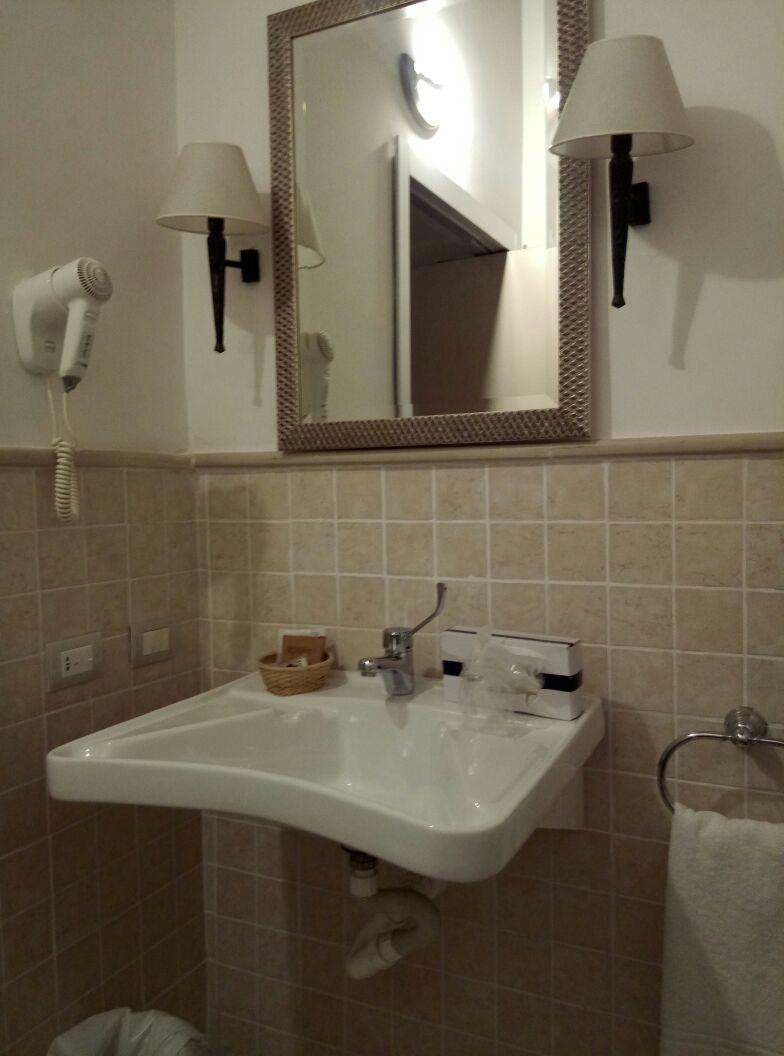 Gut, an der Spiegelhöhe muss man noch arbeiten, da er sich auch nicht kippen ließ, habe ich dort nicht einmal reingesehen. Aber der im anderen Bad war tiefer. ;-)