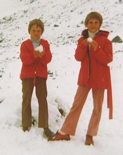 mit seiner Schwester im Schnee