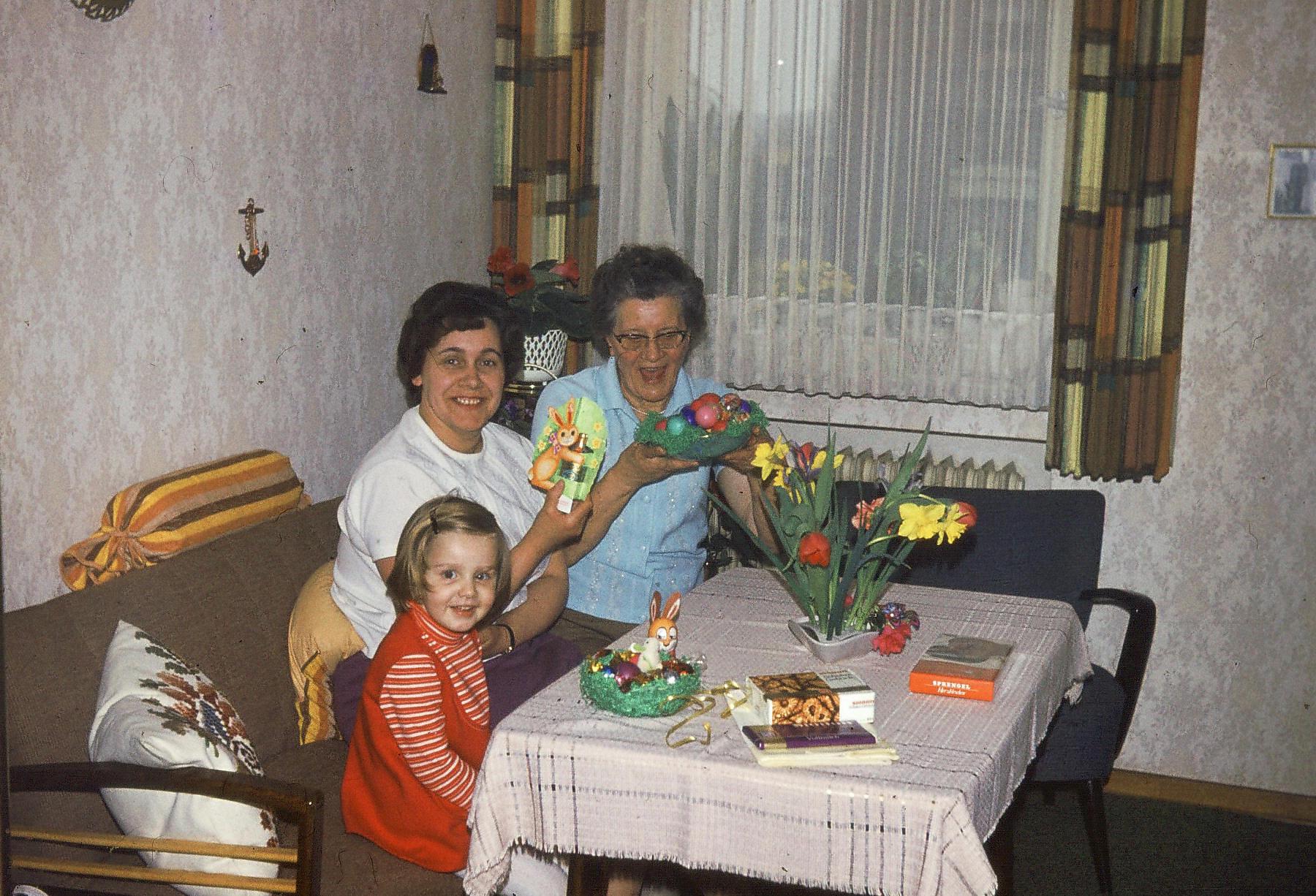 Frohe Ostern! In Omas Zimmer. Mit Tante Anita. Wir telefonieren heute noch regelmäßig, sie ist weit über 80 Jahre alt.