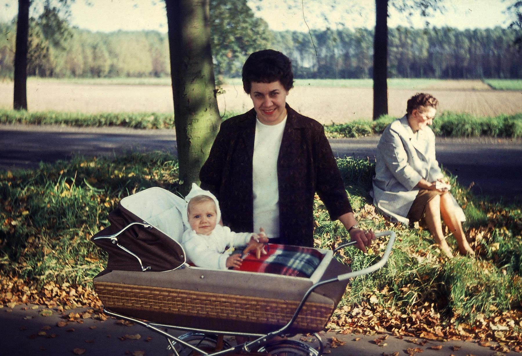 Oma im Hintergrund. Hier ging es ihr wohl auch nicht so gut. Bei mir steht meine Tante Anita, ihre Tochter.
