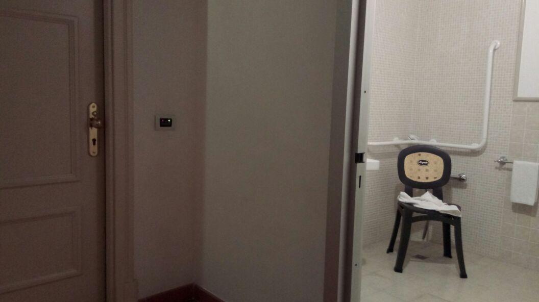 Links unsere Zimmertüre, rechts mein Bad