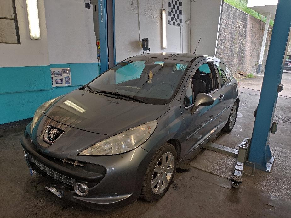 Remplacement kit distribution pompe à eau courroie d'accessoires sur Peugeot 207