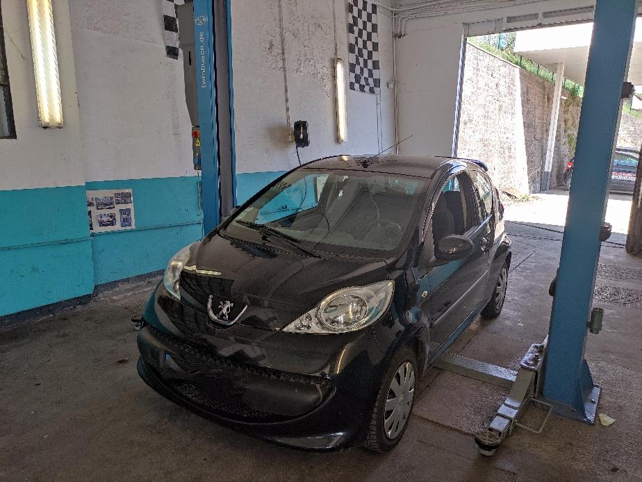 Remplacement des conduites de freins arrières +  silencieux + refroidisseur d'huile + étanchéité carter d'huile + nettoyage des phares sur Peugeot 107