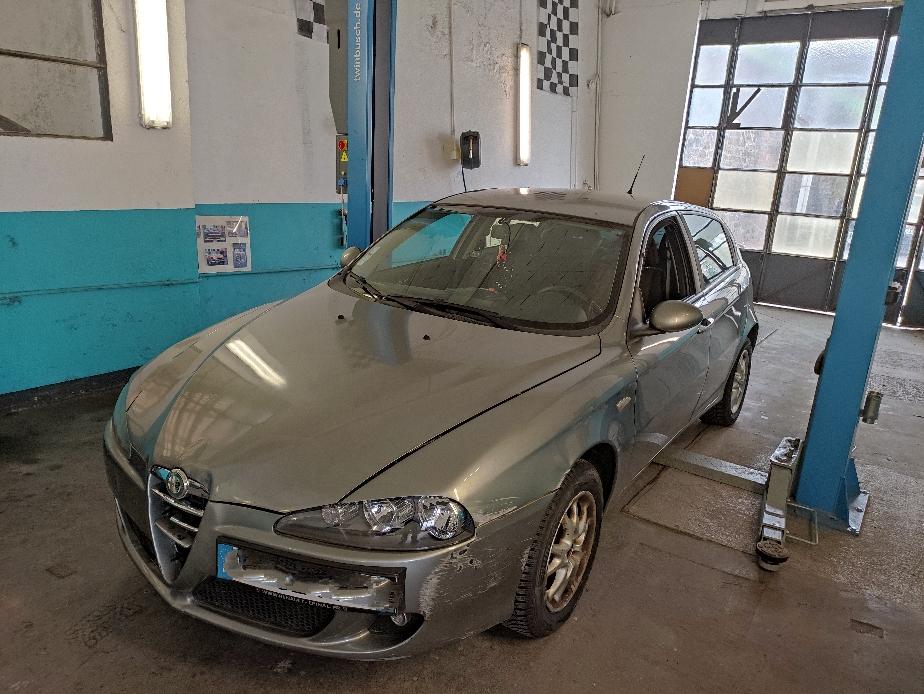 Entretien complet + remplacement phare AVG + câbles frein à main + 2pneus av + réparation du faisceau airbags + remplacement poignée porte AVG et silencieux arrière - ALFA ROMEO 147