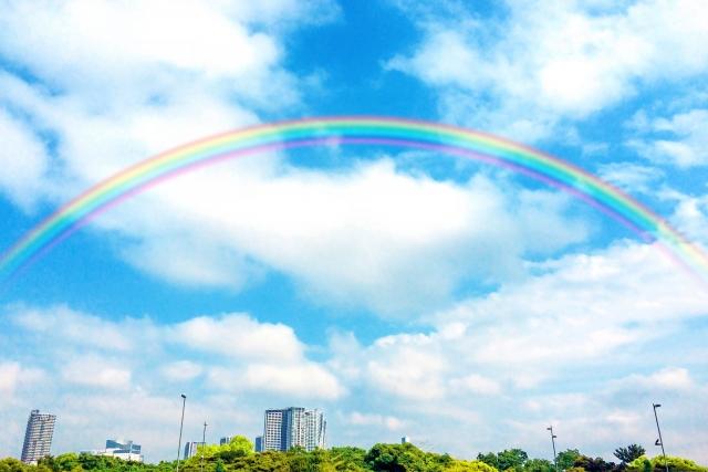 青空に虹のイメージ