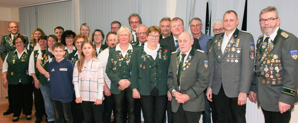 Präsident Lutz Mangels (links) und Bürgermeister Manfred Knust mit den geehrten und gewählten Mitgliedern.