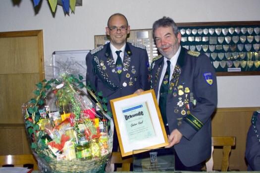 Foto: Der neue Präsident Lutz Mangels (links) ernennt Günter Kaul (rechts) zum Ehrenpräsidenten.