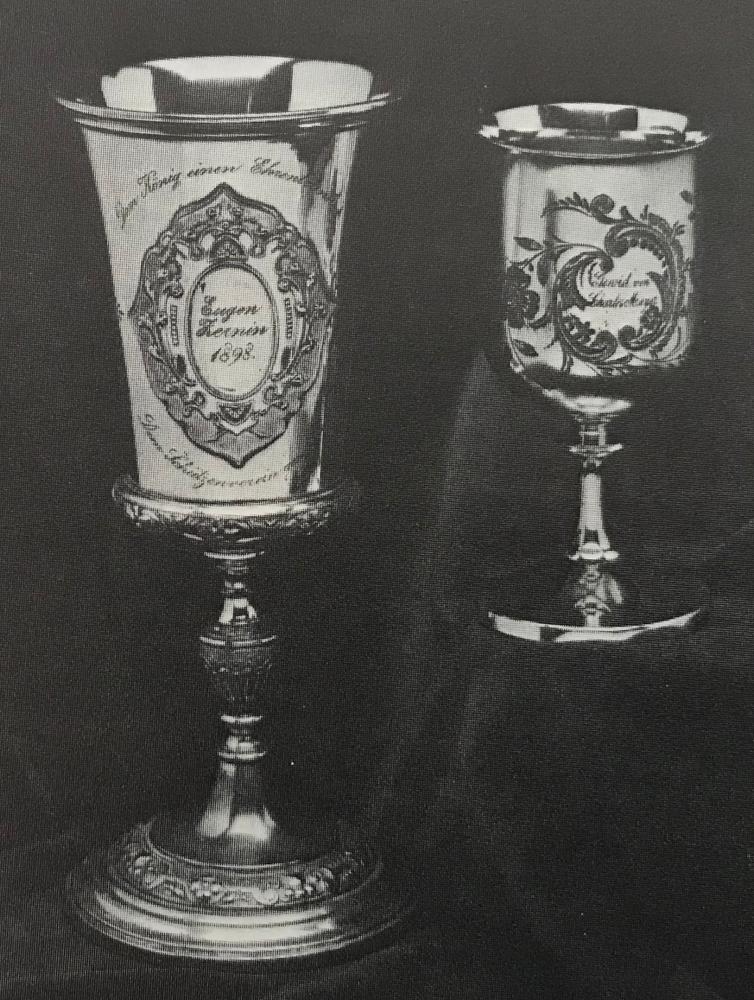 Foto: Die beiden Königspokale. Links: Gestiftet 1898 von dem scheidenden Präsidenten Eugen Zernin. Rechts: Gestiftet 1903 von Charles Meyer (USA).