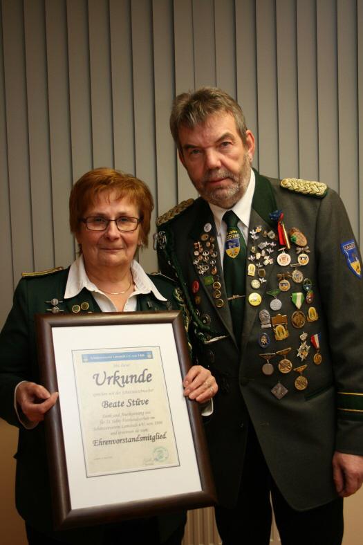 Foto: Beate Stüve (links) wurde für ihre langjährige Tätigkeit im Vorstand des Lamstedter Schützenvereins vom Präsidenten Günter Kaul (rechts) ausgezeichnet.