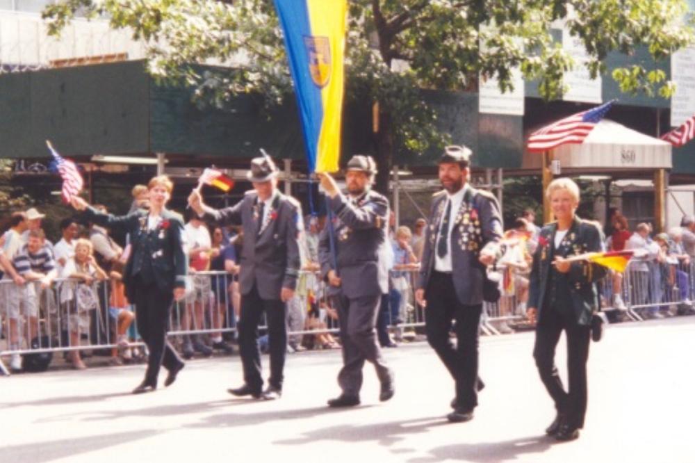 Foto: Die Abordnung des Schützenvereins auf der Steubenparade auf der Fifth Avenue in New York: v.l.: Anja Fellmann, Hans-Georg Fellmann, Rolf-Dieter Müller, Günter Kaul, Ingrid Kaul.