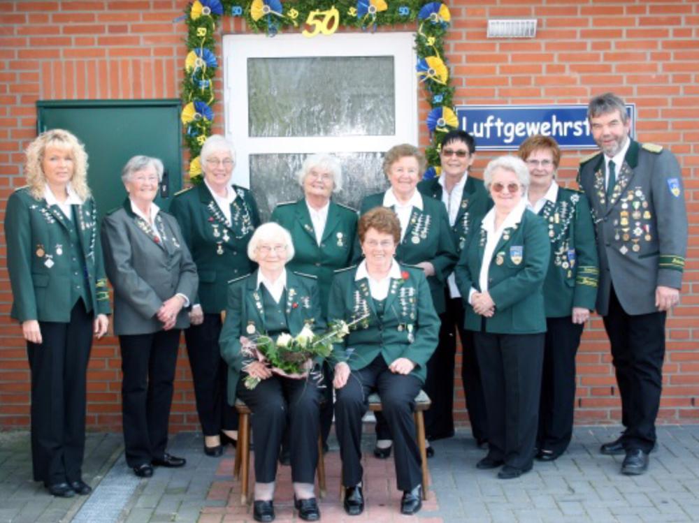 Foto: Die Gründungsdamen beim 50-jährigen Jubiläum der Damenabteilung mit der Damenleiterin (2010) Beate Stüve (2. v.r.) und der stellvertretenden Damenleiterin (2010) Elke Fischer (links), sowie dem Präsidenten Günter Kaul (rechts).