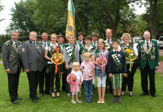 Präsident Günter Kaul präsentiert die Königsfamilie 2015 mit Ehrengästen.