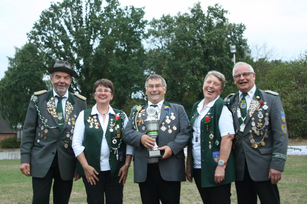 Das siegreiche Lamstedter Team mit dem Seniorenkaiserpaar Elke Tiedemann (2. von rechts) und Bruno Hensel. Foto: Schiefelbein