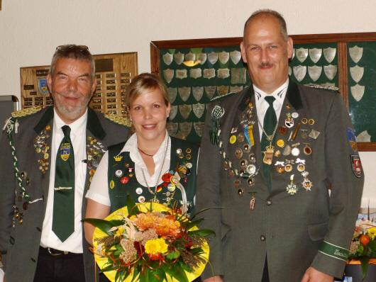 Foto: Präsident Günter Kaul mit dem amtierenden Herbstkönigspaar Vanessa Steffens und Dirk Wuttke (v.l.).