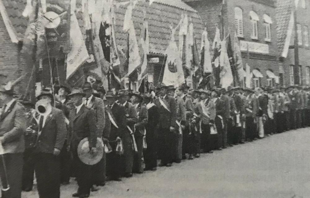Foto: Jubiläumsjahr 1961: Kurz vor dem Abmarsch der Fahnengruppen und Schützen zum Festplatz.