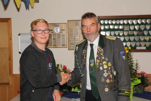 Foto: Präsident Günter Kaul (rechts) gratuliert Marvin Hinck (links) zum 1. Platz beim Jugendmedaillenschießen.