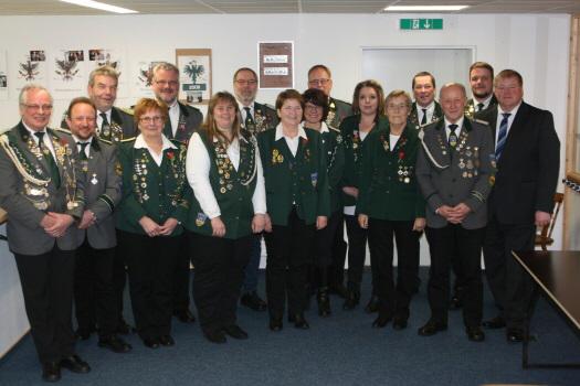 Präsident Günter Kaul (3.v.l.) und Bürgermeister Manfred Knust (rechts) mit den geehrten und wiedergewählten Mitgliedern.