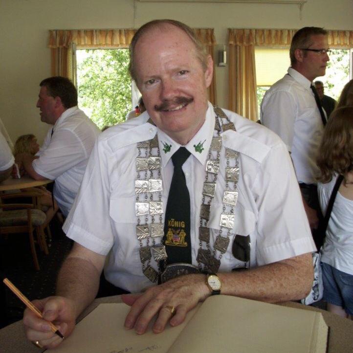 """Foto: Ehrengast Frederick (""""Freddy"""") Hansen beim Eintrag in das goldene Buch der Gemeinde."""