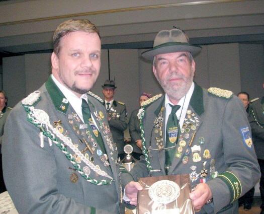 Foto: Börde-Schützenmeister Günter Kaul (rechts) mit dem Geehrten Andreas Thiel.