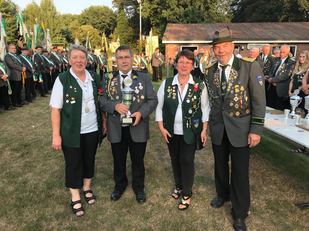 Foto: Die erfolgreiche Seniorenmannschaft. V.l. Elke Tiedemann (zusätzlich Seniorenkaiserin), Johann Brandt (zusätzlich Seniorenkaiser), Annegret Brandt und Günter Kaul.