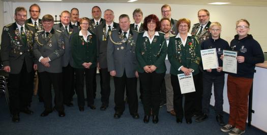 Foto: Vorsitzender Günter Kaul (links) mit den geehrten und gewählten Mitgliedern sowie Bürgermeister Manfred Knust.