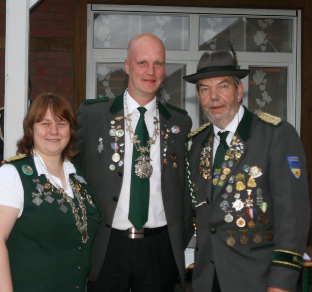 Unser König Jan Stelling und Karen Kohrs bilden das Börde-Kaiserpaar. Es gratulierte Bördeschützenmeister Günter Kaul (rechts).