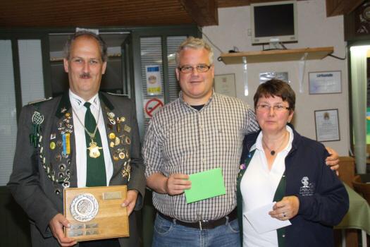 """Foto: v.l.: Dirk Wuttke von der Kartenspielgemeinschaft """"20 ab"""", Volker Thiel von der Soldatenkameradschaft Lamstedt, Annegret Brandt vom Stammtisch Herta."""