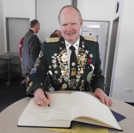 Die weiteste Anreise hatte der amtierende König der New York Schützencorps, Fred Hansen, der sich im Rahmen des Empfangs im Rathaus in das goldene Buch der Gemeinde Lamstedt eintrug.