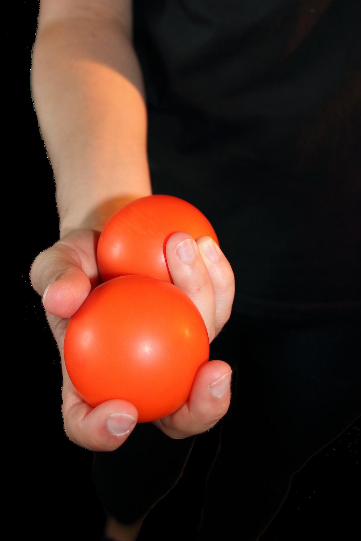 Nest: Den zweiten Ball im Nest zwischen Daumen-, Zeige- und Mittelfinger halten.