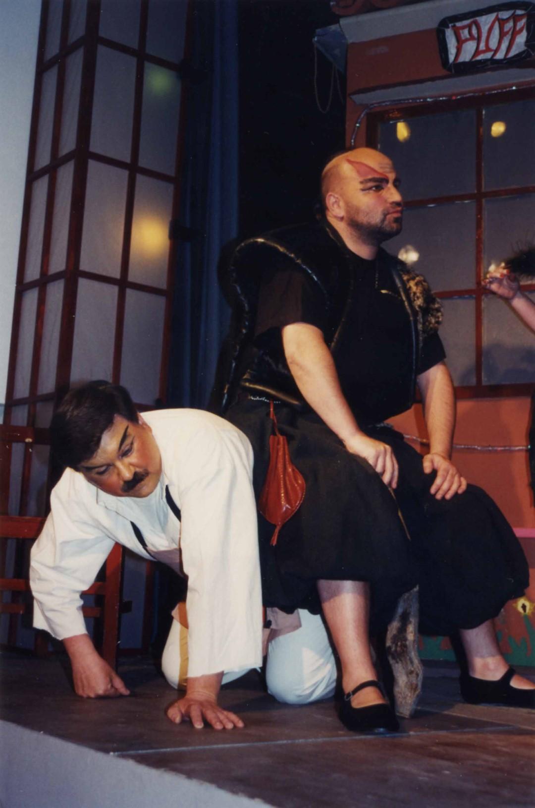 """1997: """"Herr Chou"""" in """"Die Kokotten von Puff Peng"""""""