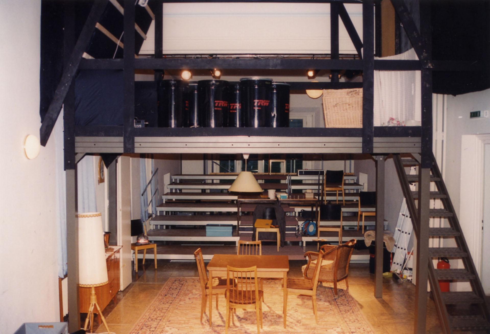 zweigeschossiges Bühnenbild zu BIEDERMANN UND DIE BRANDSTIFTER 1994