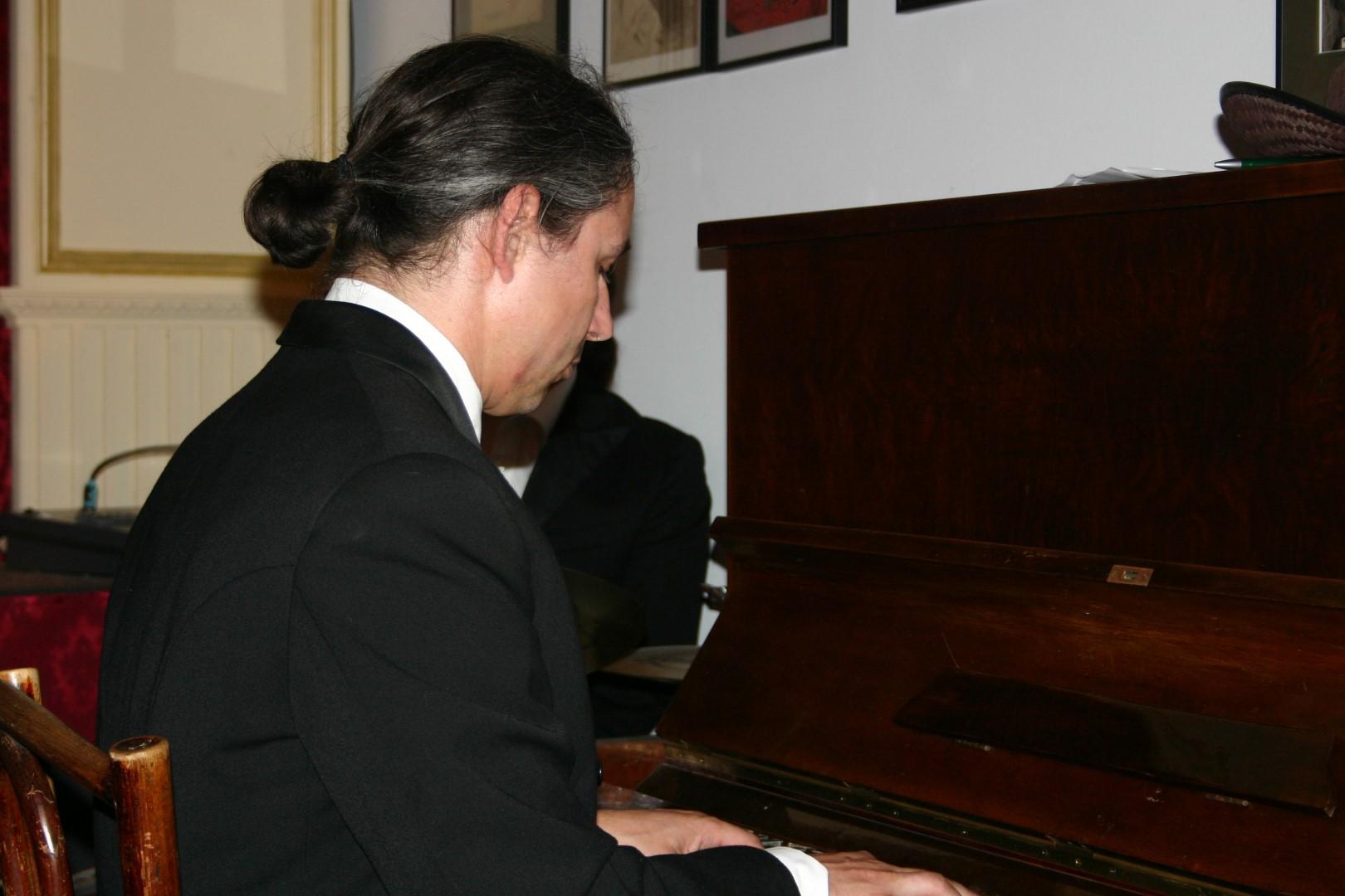 """2006: Klavierspieler im Maxim in """"Geschichten aus dem Wiener Wald"""""""