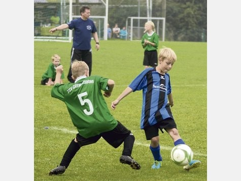 Lennard Milosch (r.) legt den Ball an seinem Gegenspieler vorbei. Die E I schoss beim TSV Gremersdorf 21 Tore.
