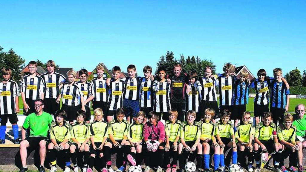 Stützpunktspieler aus dem Ilmkreis (Thüringen) bestehend aus E-, D- und C-Jugendspielern bereiteten sich in einem Fußballcamp auf Fehmarn für die neue Saison vor. Gegen die C-Junioren der JSG (hinten) gab es eine 1:5-Niederlage.