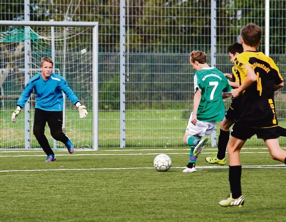 Marvin Paul (Nummer 7) erzielt in dieser Szene das 1:0 für die C I der SG JSG Fehmarn/SV Großenbrode im Heimspiel gegen den TSV Neustadt II. © privat