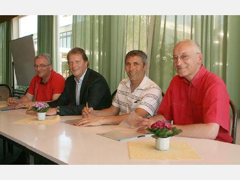 Ihre Unterschriften bedeuteten gestern Abend die Geburtsstunde der SG Insel Fehmarn (v.l.): Ralph Schwennen, Holger Micheel-Sprenger, Andreas Wiese und Reinhold Paul