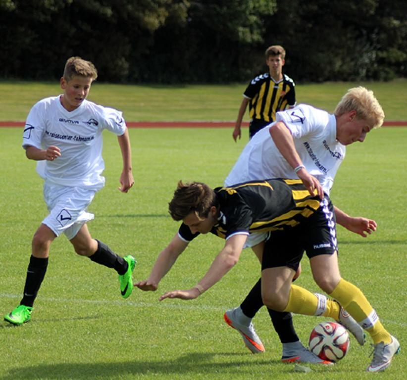 Matis Müntz trennt im Strafraum seinen Gegenspieler fair vom Ball. Die B I der SG JSG Fehmarn/SV Großenbrode kam zu einem 2:2 im Auftaktspiel gegen den SV Eichede II. © Fehmarn24/lb