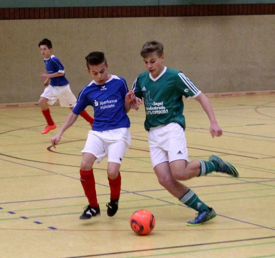 Bei den Futsal-Hallenkreismeisterschaften in der Burger Großsporthalle markierte Sven Ove Westphal (r.) drei Treffer für die SG JSG Fehmarn/SV Großenbrode. Die SG verlor das Finale mit 0:2 gegen die SG Eutin/Malente. © Lars Braesch