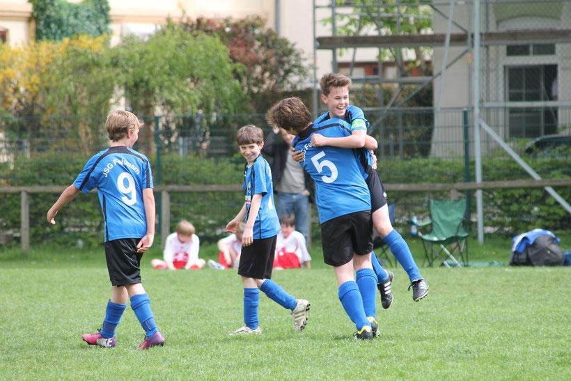 Paul, Wetendorf, Tiedemann und Haye feiern den klaren Sieg nach Rückstand. Foto: R.Paul