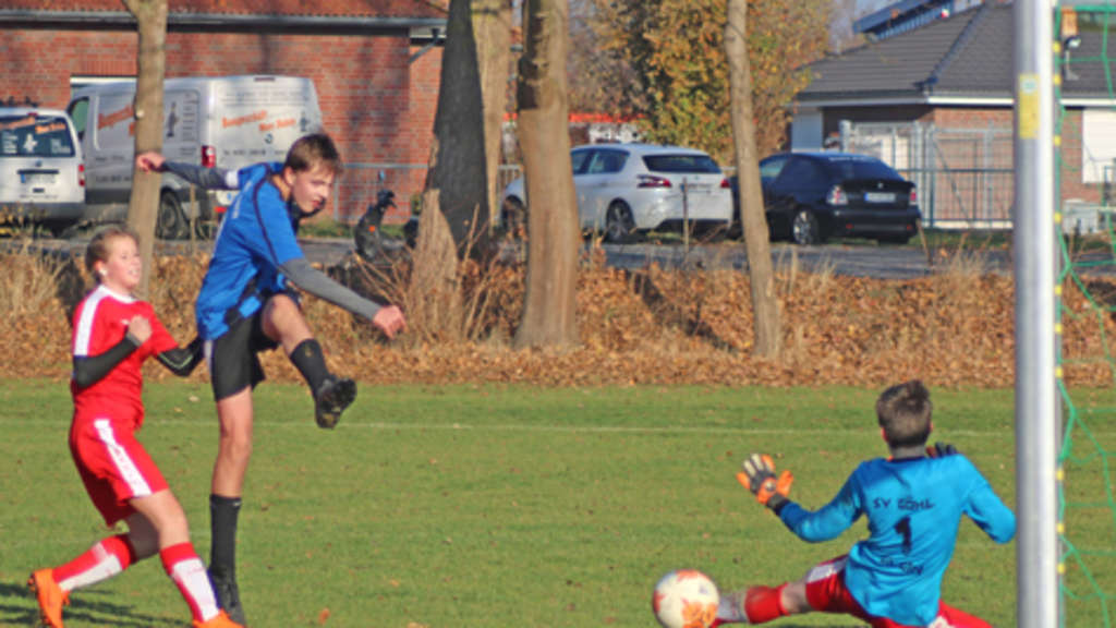 In einer spannenden Schlussphase trifft C II-Kapitän Malte Günther (M.) hier beim 5:4-Sieg beim SV Göhl.© Fehmarn24/Braesch