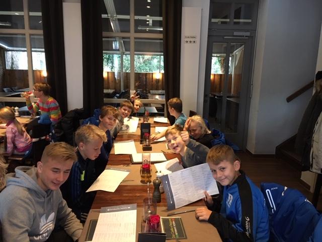 E I - Jugend nach 7:2 Sieg in Lensahn glücklich bei der Weihnachtsfeier. Foto: privat