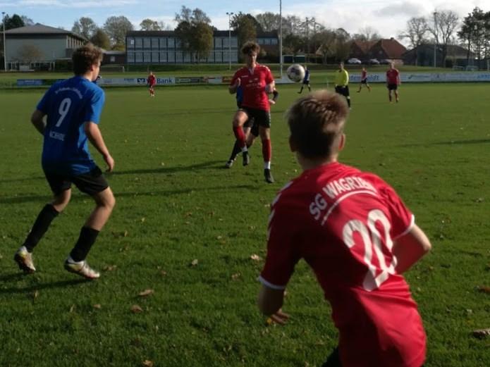 Florian Machholz (7 - zwei Tore), Philip Maik Urich (20 -1 Treffer) und Wagriens Bester - Jakob Mäder (am Ball)