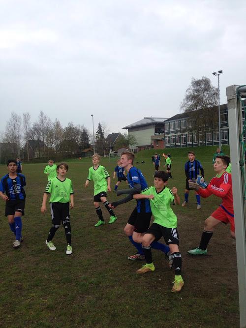 Fehmarn (Blaue Trikots) gewann mit 3:2 in Gremersdorf. Foto: Privat